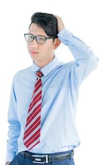 Mężczyzna ubrany w niebieską koszulę i krawat czerwony osiągając pozowanie studio na białym tle na białym tle ze ścieżką przycinającą