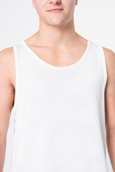 Mężczyzna ubrany w podstawową białą piżamę z podkoszulkiem i przestrzenią projektową