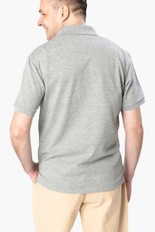 Mężczyzna ubrany w podstawową szarą koszulkę polo, widok z tyłu