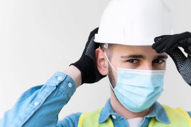 Mężczyzna ubrany w specjalny przemysłowy sprzęt ochronny