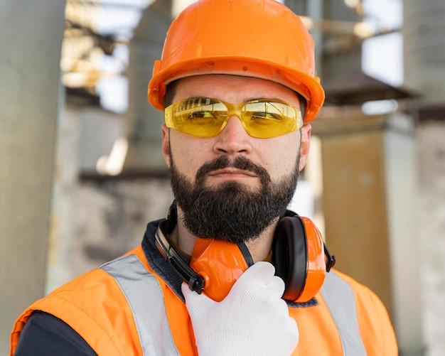 Mężczyzna ubrany w sprzęt ochronny