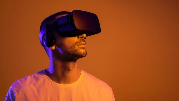 Mężczyzna ubrany w zbliżenie gadżet rzeczywistości wirtualnej
