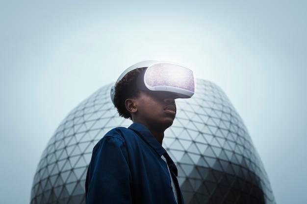 Mężczyzna ubrany w zestaw słuchawkowy vr na zewnątrz futurystycznej technologii