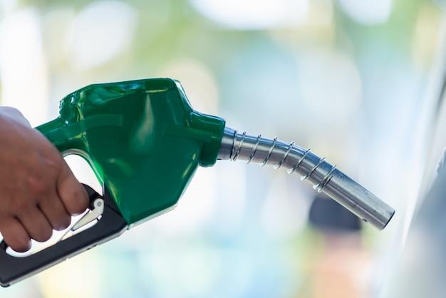 Mężczyzna uchwyt pompować dyszę benzyny do tankowania