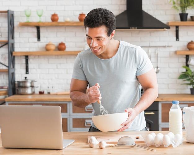 Mężczyzna uczy się gotować z kursów online