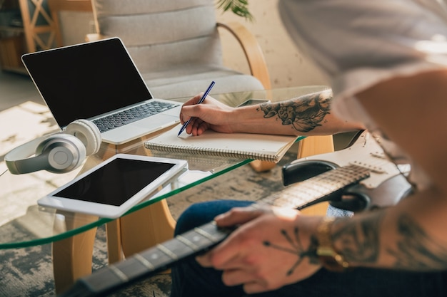 Mężczyzna uczy się w domu na kursach online lub samodzielnie udziela bezpłatnych informacji