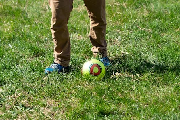 Mężczyzna uderza piłkę, gra na świeżym powietrzu podczas biwakowania.