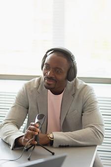 Mężczyzna udzielający wywiadu w podkaście