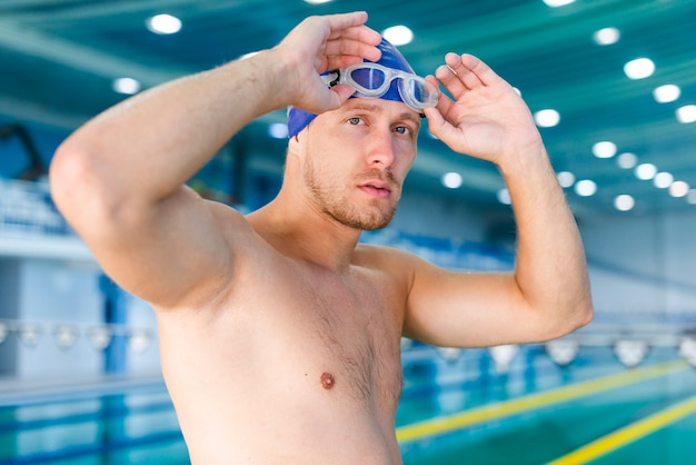 Mężczyzna układa swoje okulary pływackie