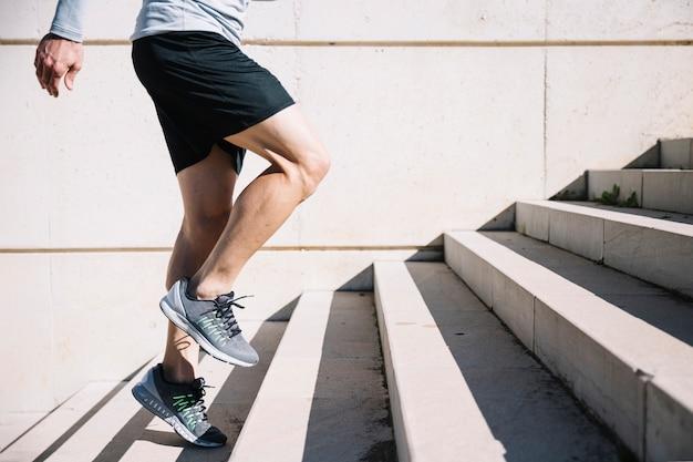 Mężczyzna uprawiający hopping na górze