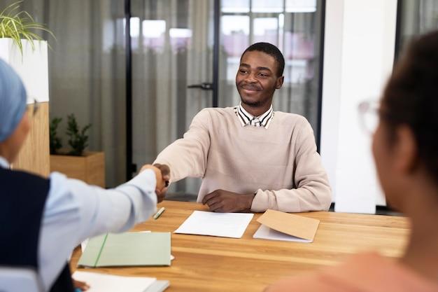 Mężczyzna uścisk dłoni pracodawcy po przyjęciu do nowej pracy biurowej