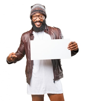 Mężczyzna uśmiecha się i wskazując na puste plakatu