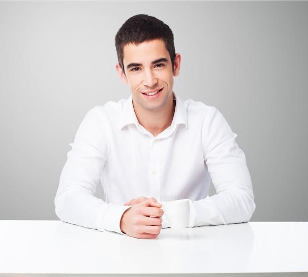 Mężczyzna uśmiecha się posiedzenie