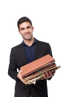 Mężczyzna uśmiecha się z folderów i dokumentów