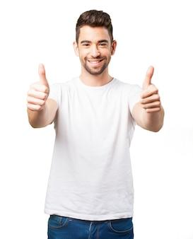 Mężczyzna uśmiecha się z kciuki w górę