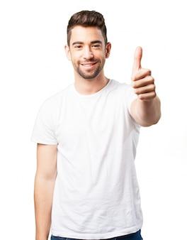Mężczyzna uśmiecha się z kciukiem do góry