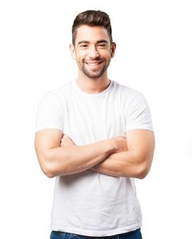 Mężczyzna uśmiecha się z rękami skrzyżowanymi