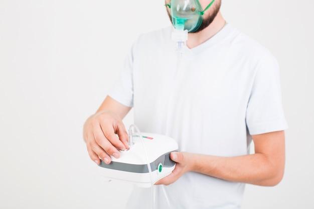 Mężczyzna ustawia medycznego nebulizer