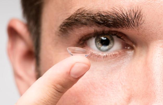 Mężczyzna utrzymujący kontakt wzrokowy