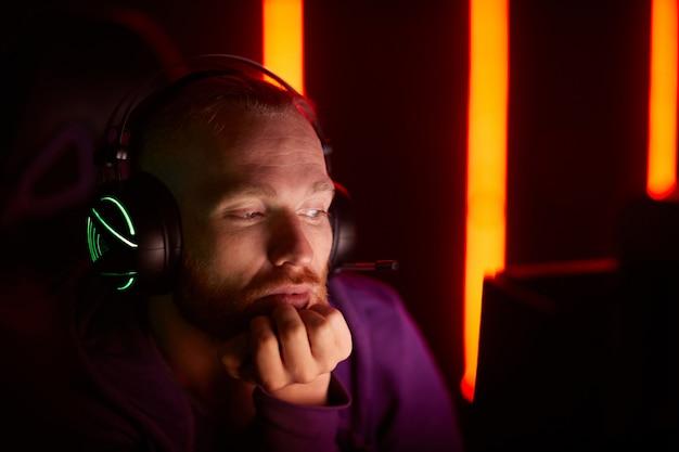 Mężczyzna używa komputer przy pracą