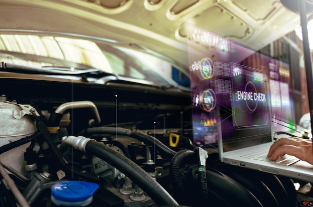 Mężczyzna używa laptop analizować na jego samochodowym silniku z hologramem. koncepcja komunikacji hologramowej serwisu silnika, sieci, ubezpieczenia