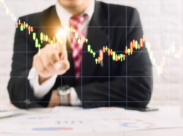 Mężczyzna używa sprawdzania technologii wykresów biznesowych z ekranem dotykowym