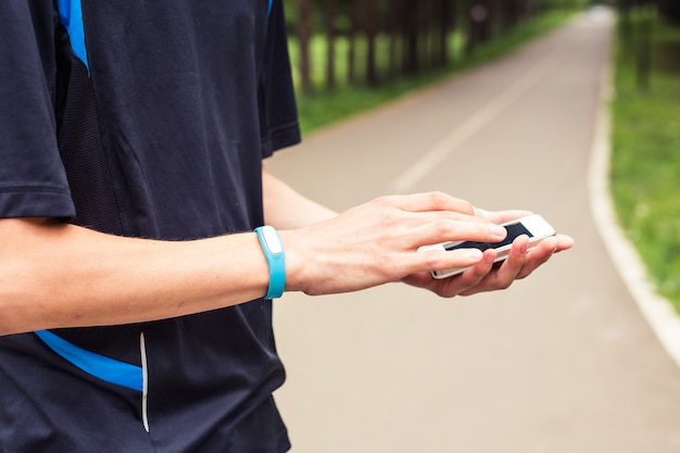 Mężczyzna używa synchronizacji telefonu komórkowego z monitorem aktywności.