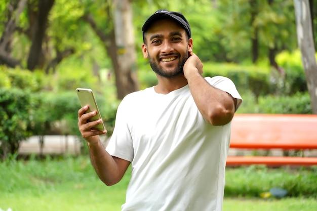Mężczyzna używa szybkiej sieci 5g w swoim telefonie
