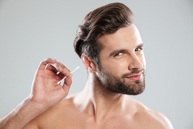 Mężczyzna używa uszatych kije odizolowywających