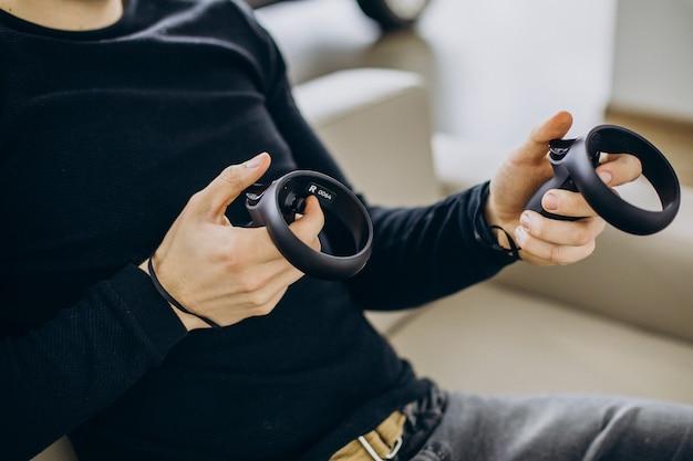 Mężczyzna używający i bawiący się okularami vr