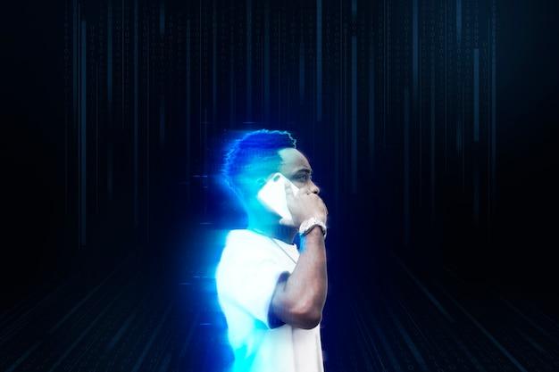 Mężczyzna używający smartfona z efektem neonowym w tle neon