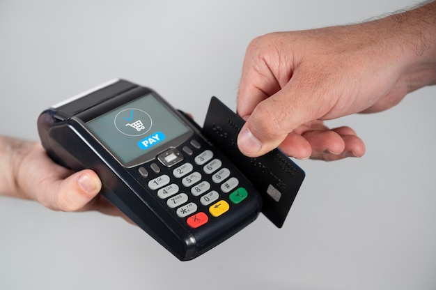 Mężczyzna używający swojej karty kredytowej do zapłaty za produkt