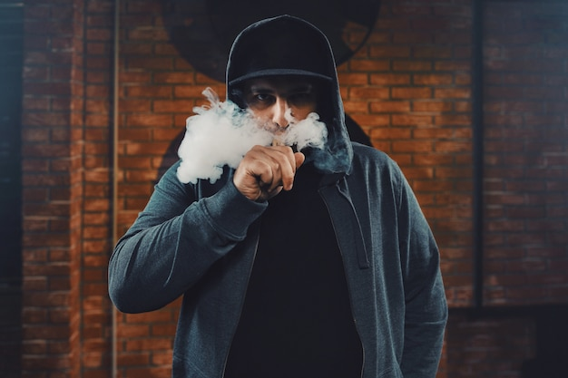 Mężczyzna vaping elektronicznego papierosa