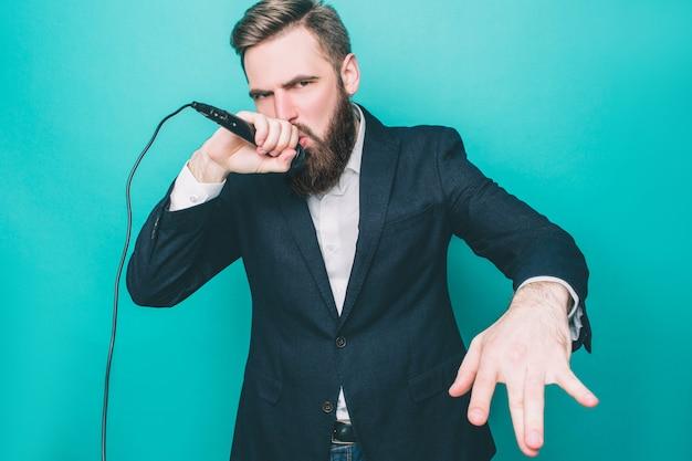 Mężczyzna w apartamencie śpiewa z mikrofonem
