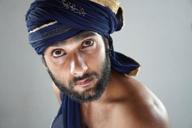Mężczyzna W Arabskim Wyglądzie Premium Zdjęcia