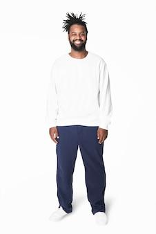 Mężczyzna w białej bluzie w niebieskich spodniach plus size fashion