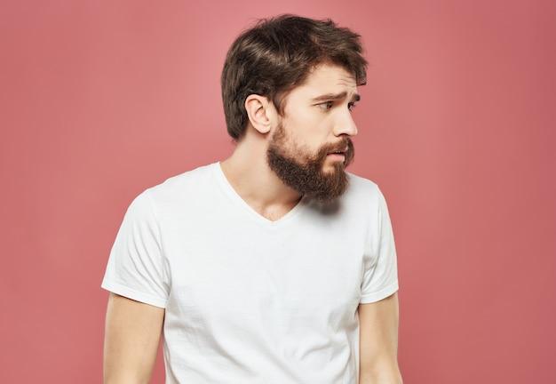 Mężczyzna w białej koszulce gestykuluje złość zbliżenie