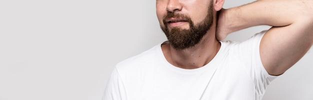 Mężczyzna w białej koszulce z miejsca na kopię