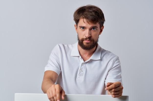 Mężczyzna w białej koszuli biały transparent prezentacja reklamowa plakat