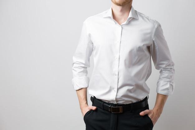 Mężczyzna w białej koszuli, biznesmen w spodniach i koszuli