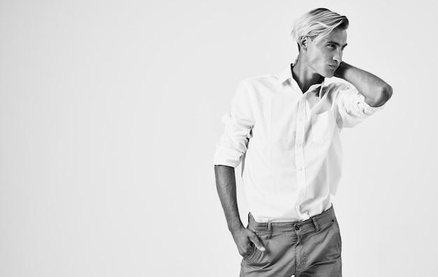 Mężczyzna w białej koszuli gestykuluje rękoma emocjami w nowoczesnym stylu jasnym tle