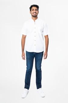 Mężczyzna w białej koszuli i dżinsach na co dzień, moda na całe ciało