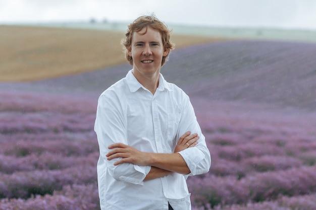 Mężczyzna w białej koszuli na lawendowym polu