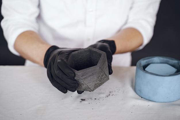Mężczyzna w białej koszuli pracuje z cementem