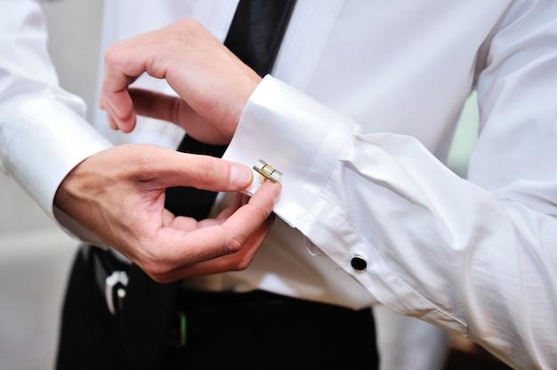 Mężczyzna w białej koszuli przy oknie sukienka spinki do mankietów