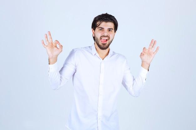 Mężczyzna w białej koszuli robi medytację