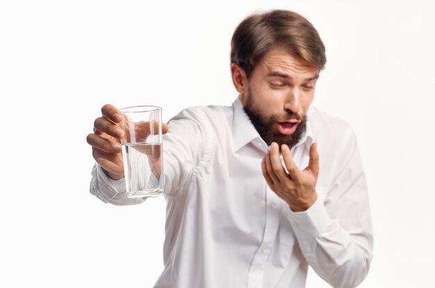 Mężczyzna w białej koszuli szklanka wody na białym tle