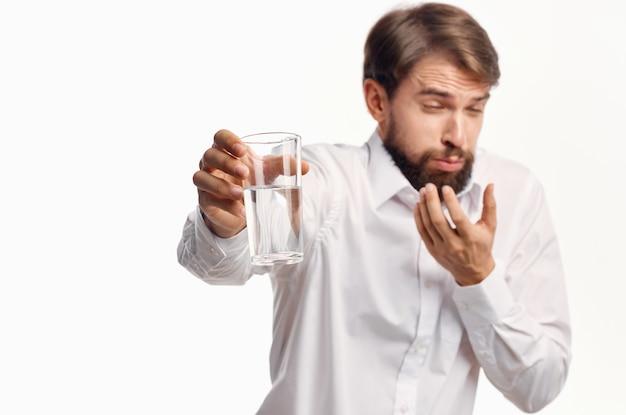 Mężczyzna w białej koszuli ze szklanką wody w ręku promocja przycięty widok