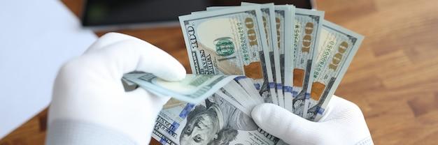 Mężczyzna w białych rękawiczkach liczący dolary amerykańskie zbliżenie sprawdzanie autentyczności koncepcji pieniędzy