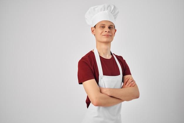 Mężczyzna w białym fartuchu pracy gotującej przemysł